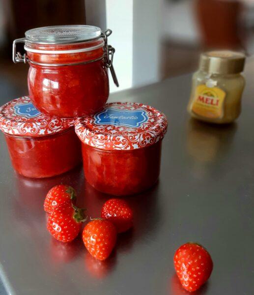 Suikerarme aardbeienconfituur met honing